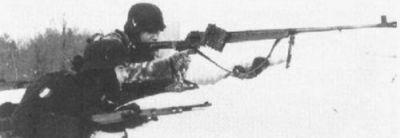 германский солдат с противотанковым ружьем калибра 7.92мм PzB-39