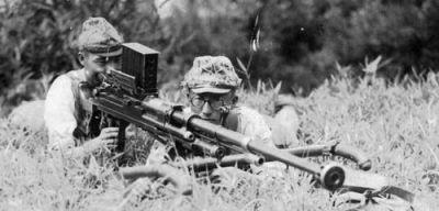 японские солдаты с противотанковым ружьем калибра 20 мм Тип 97