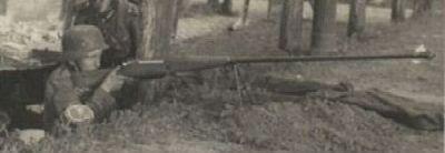 германский солдат с трофейным польским противотанковым ружьем калибра 7.92мм wz.35