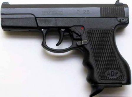 """ADP tabanca, sol taraf;  O tabanca slayt İtalyan """"Tanfoglio P 25"""" işaretleri taşıyan unutmayın."""