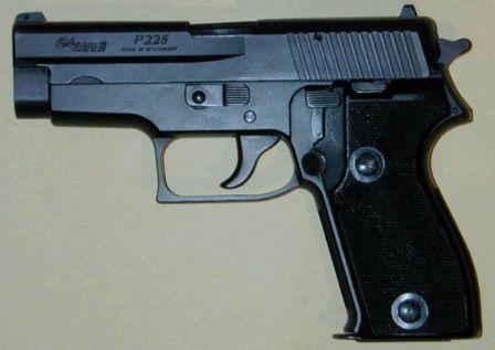 SIG-Sauer P225 tabanca, sol taraf.