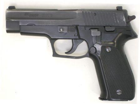 Damgalı slayt, sol tarafı manzaralı 9mm Orijinal (erken üretim) SIG-Sauer P226 tabanca,.