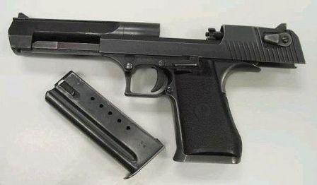 Пистолет Desert Eagle mark VII, калибра .44 Magnum. затвор зафиксирован в открытом положении так что хорошо видна головка поворотного затвора