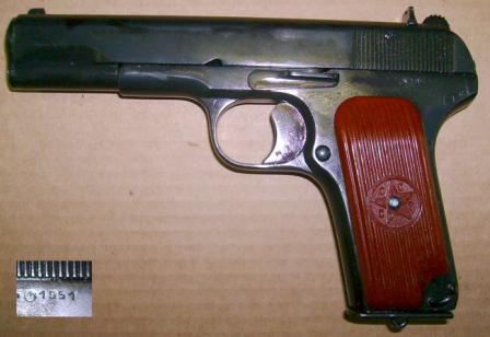 """Травматический пистолет """"Лидер"""", вид слева. Врезка показывает клеймо на затворе, говорящее о том, что изначально пистолет был выпущен в 1951 году"""