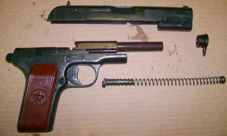 """Травматический пистолет """"Лидер"""", неполная разборка. Хорошо виден новый ствол, жестко закрепленный на рамке оружия"""