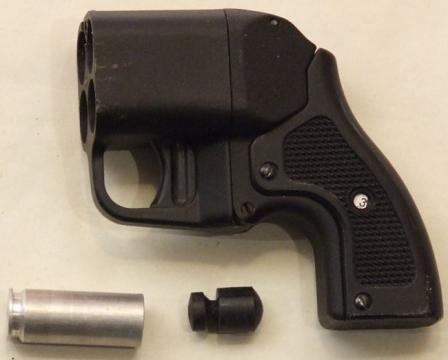 Пистолет травматический бесствольный Оса ПБ-4 первого поколения, с механическим селектором стреляющего патрона (индикатор селектора виден в окошке в центре рукоятки оружия)