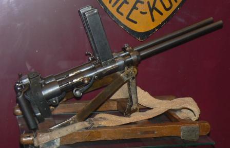 Tek kişilik taşınabilir üzerinde Villar-Perosa M1915 çift namlulu makineli tabanca