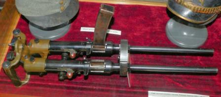 Makineli tabanca daha az montaj Villar-Perosa M1915 çift varil.  Bir (sağ) dergisi çıkarılır.  Topçu, St.Petersburg Rus müze Fotoğraf.