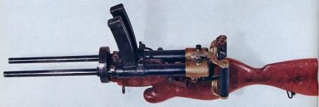 Off elle kullanım için ahşap stoğu ile donatılmış Villar-Perosa M1915 çift namlu hafif makineli tüfek.