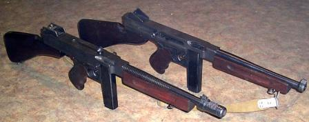 Side-by-side comparison between M1928A1 (left) and M1 (right) Thompson submachine guns.