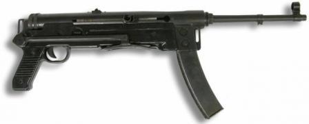 M56 makineli tüfek, popo katlanmış.