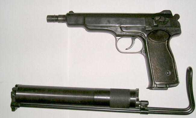 бесшумный пистолет АПБ / 6П13 со снятыми прикладом и глушителем, приготовленными к ношению / транспортировке.