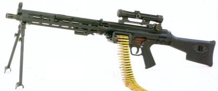 5,56x45 mm HK 23E machine gun with loose belt and optional telescope sight.