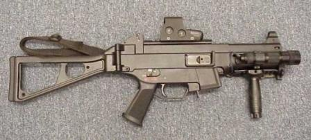 HK UMP-40 with optional equipment: red-dot sight, tactical frontgrip and flashlight.