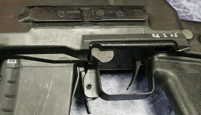органы управления автомата АН-94: предохранитель в передней части спусковой скобы и переключатель режимов огня над пистолетной рукояткой