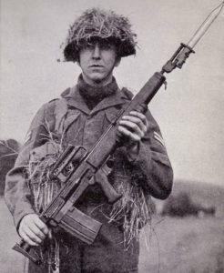 английский солдат с опытным 7мм автоматом ЕМ-2